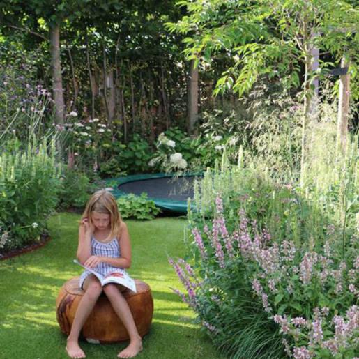 Romantische-speelse-tuin-met-tuinhuis-Wilp-04