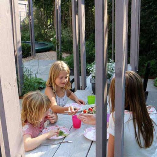 Romantische-speelse-tuin-met-tuinhuis-Wilp-06