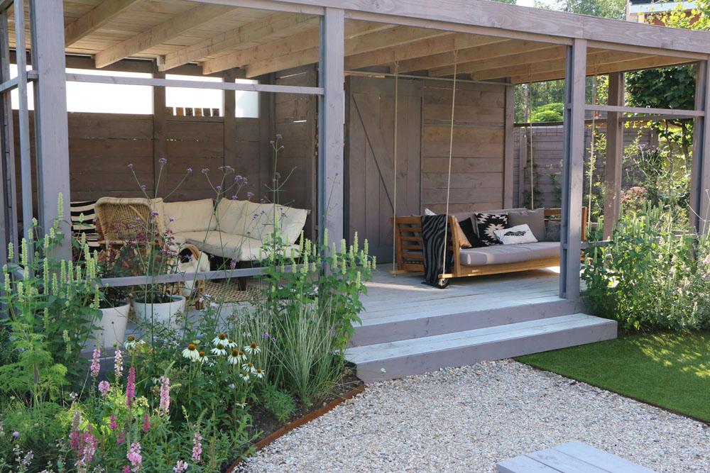 01 romantische speelse tuin met tuinhuis wilp de for Huis in de tuin