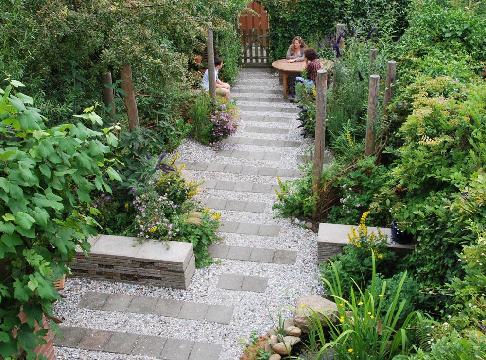 04 natuurlijke tuin met gebruikte materialen rotterdam for De tuinen rotterdam